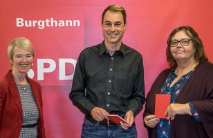 Zu guter Letzt konnte die Vorsitzende zwei die roten Parteibücher an Sigrid Schuster und Kai Tauscher überreichen.