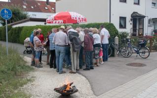 Der Feuerkorb war natürlich auch da. Aber dieses Mal galt das Interesse den Erklärungen der Gemeinderäte.