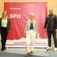Karin Gätschenberger-Bahler (Mitte), Nadine Aigner (links) und David Schröder (rechts)